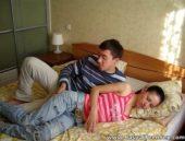 Coroa tarado se aproveita da filha que dorme